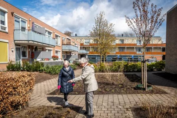 Bewoners Zuster Celinehof in hun nopjes met opgefriste tuin